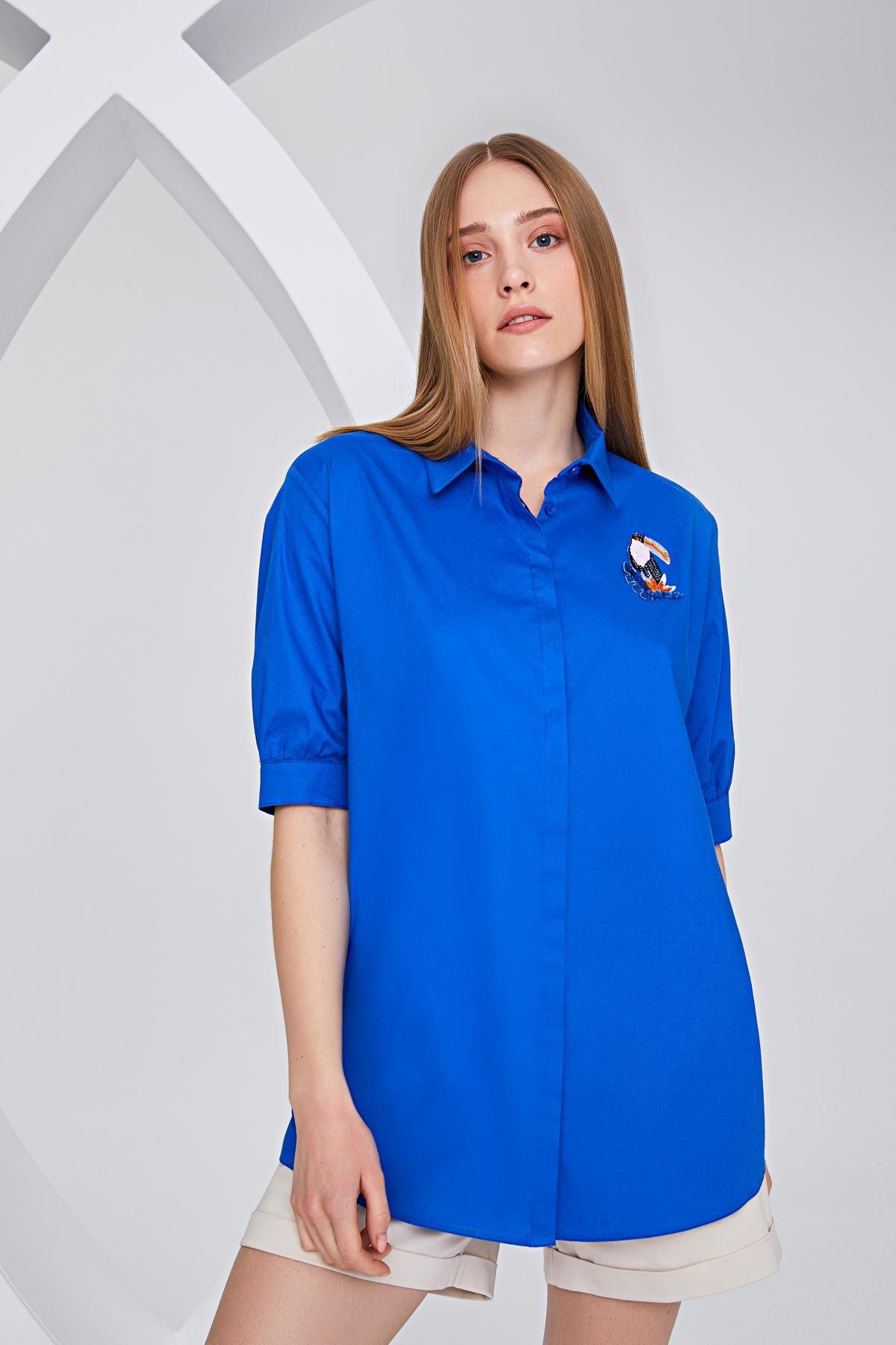 Papağan broşlu gömlek Mavi