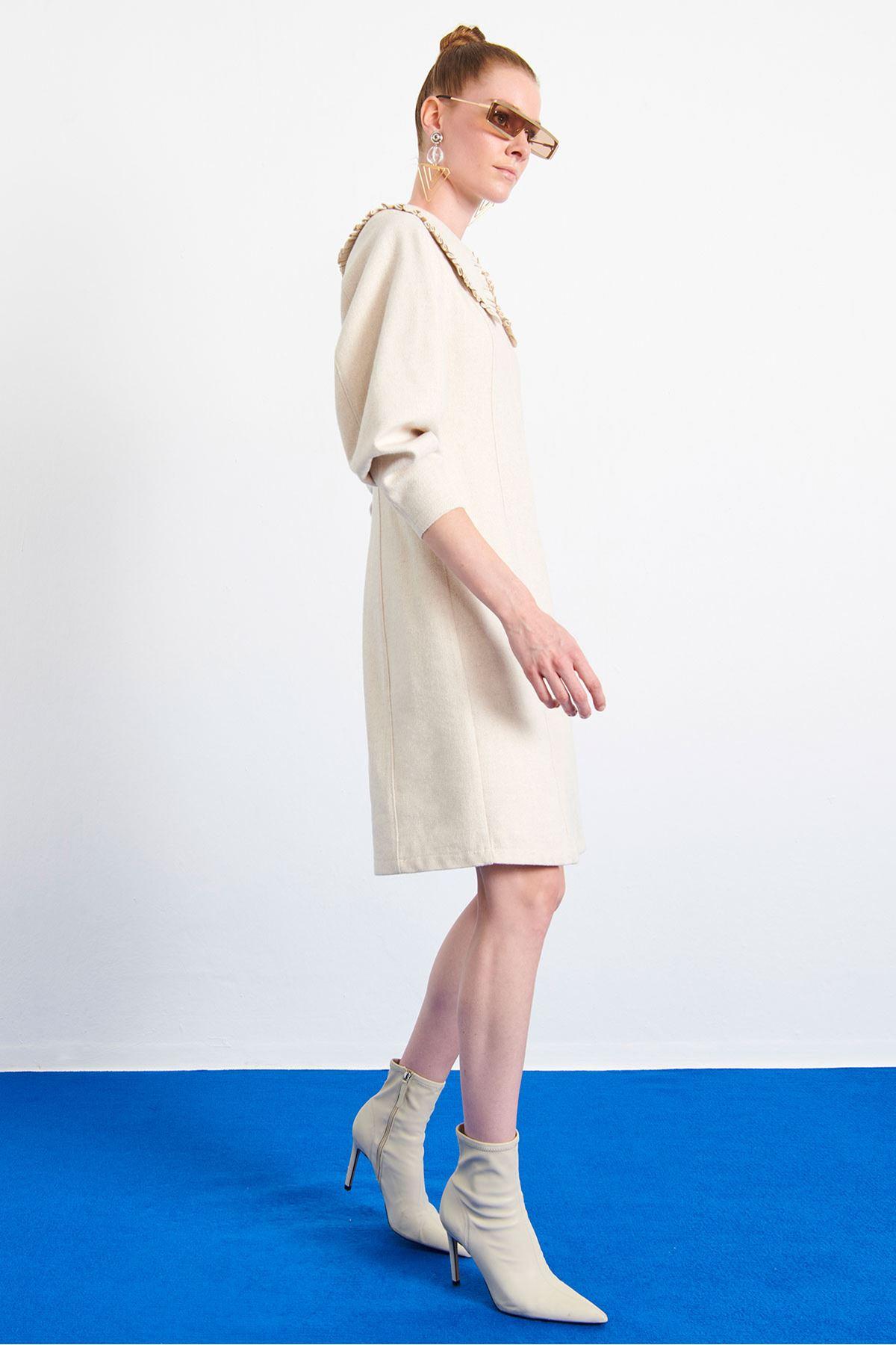 Geniş Yaka Mini Elbise Bej
